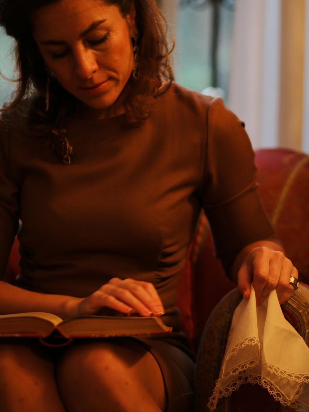 personal diaries annunciazione maria-teresa by The Italian Glam donna che legge